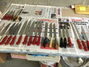 i coltelli riposano per almeno 15 giorni dopo il confezionamento, per essere certi che non abbiano problemi e siano perfetti